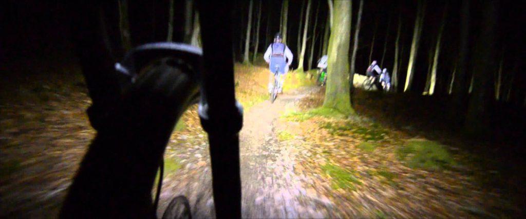 gruppo Mountain bike in notturna