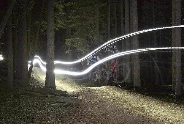 Mountain bike di notte
